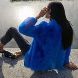Gilda Ambrosio con abrigo azul klein en su colaboración con Uterqüe