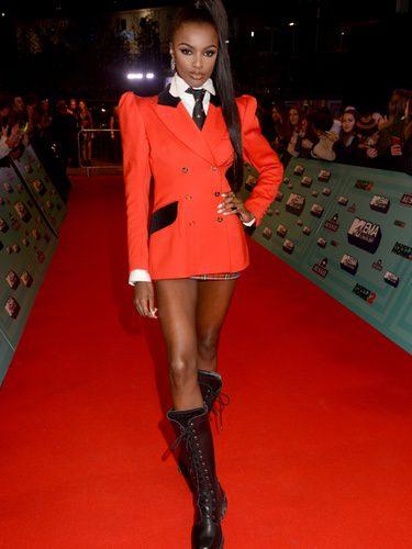 Leomie Anderson con un look de colegiala militar en los Premios MTV Europe Music Awards 2017