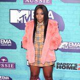 Ray Blk con vestido de cuadros camel y abrigo rosa en los Premios MTV Europe Music Awards 2017