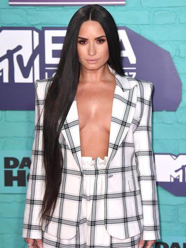 Demi Lovato con traje chaqueta de cuadros en los MTV EMA 2017