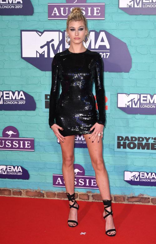 Hailey Baldwin con un LBD de lentejuelas en los MTV EMA 2017