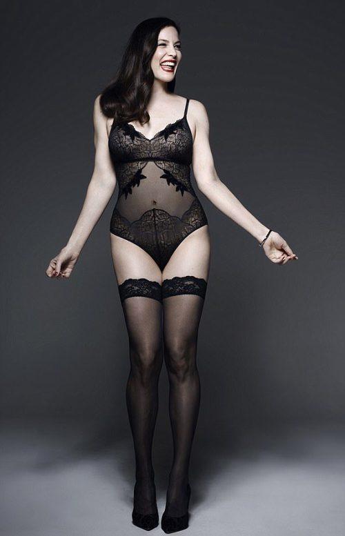 Liv Tyler con body lencero negro de la colección 'Triumph Essence'
