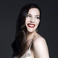 Liv Tyler con body color crema de la colección 'Triumph Essence'