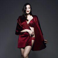 Liv Tyler con lencería roja de la colección 'Triumph Essence'