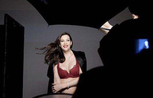 Liv Tyler posando durante la sesión de fotos para la campaña 'Triumph Essence'