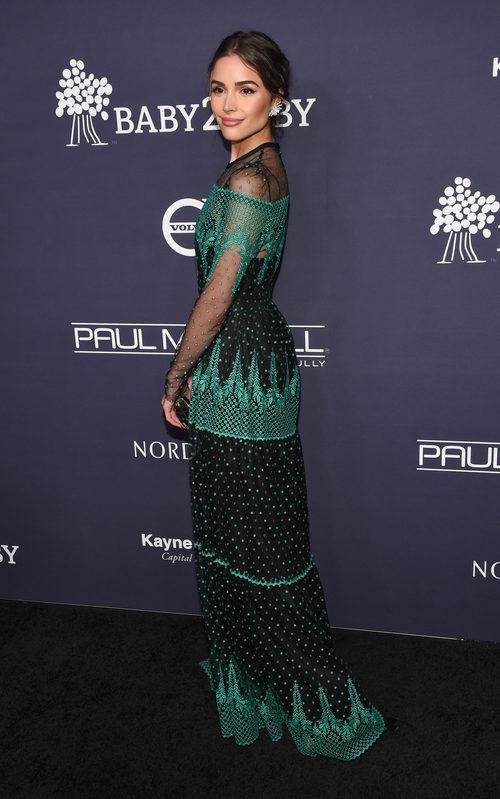 Olivia Culpo radiante en un vestido negro y verde en la Gala Baby2Baby 2017