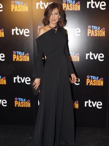 Nieves Álvarez con vestido negro en la presentación del programa 'Telepasión'