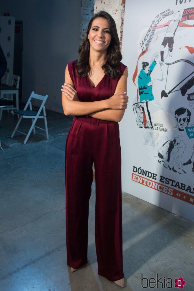 Ana Pastor con un jumpsuit burdeos en la presentación del programa 'Dónde estabas entonces'