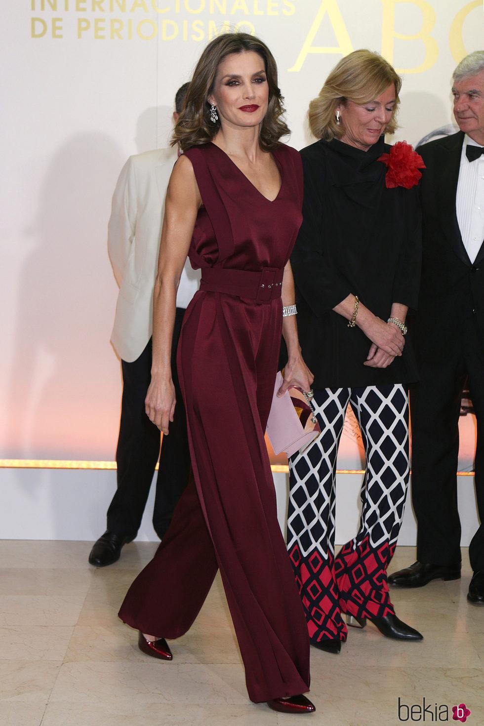 La Reina Letizia con un look de Ángel Schlesser en los premios Mariano de Cavia