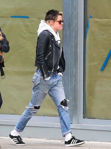 Kristen Stewart con calcetines blancos paseando por las calles de Nueva York
