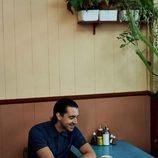 Miles Kane con polo 'piqué' azul de su colección cápsula con Fred Perry