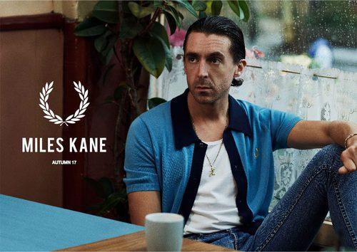 Miles Kane con camisa azul 'knitted shirt' de su colección cápsula con Fred Perry