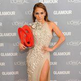 Jennifer Lopez con el galardón a Mujer del Año