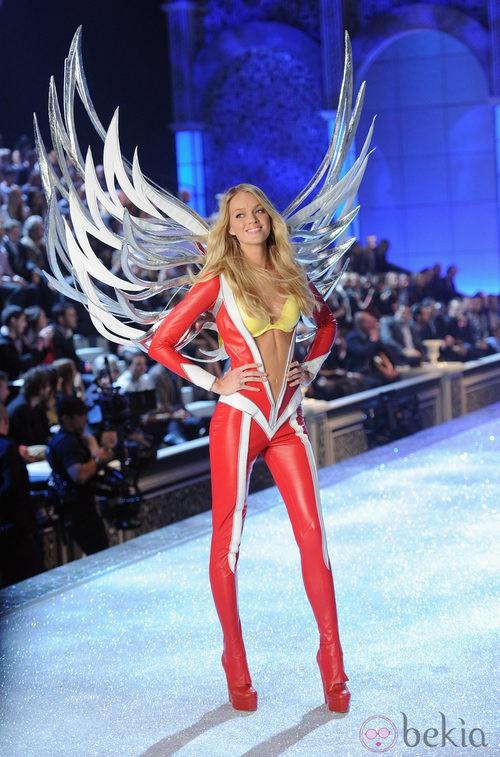 Lindsay Elligson en el desfile de Victoria's Secret Navidad 2011 con jumpsuit rojo
