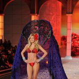 Doutzen Kroes en el desfile de Victoria's Secret Navidad 2011
