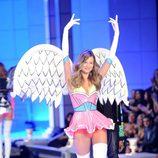 Behati Prinsioo en el desfile de Victoria's Secret Navidad 2011