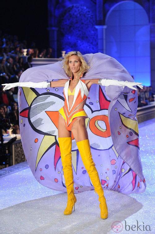 Anja Rubik en el desfile de Victoria's Secret Navidad 2011