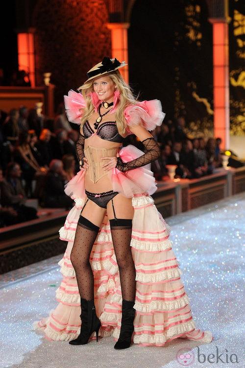Toni Garm en el desfile de Victoria's Secret Navidad 2011