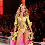 Candice Swanepoel en el desfile de Victoria's Secret Navidad 2011 con un diseño en amarillo