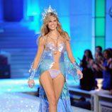 Maryna Linchuk en el desfile de Victoria's Secret Navidad 2011