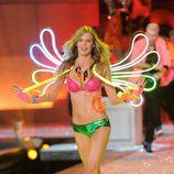 Shannan Click en el desfile de Victoria's Secret Navidad 2011