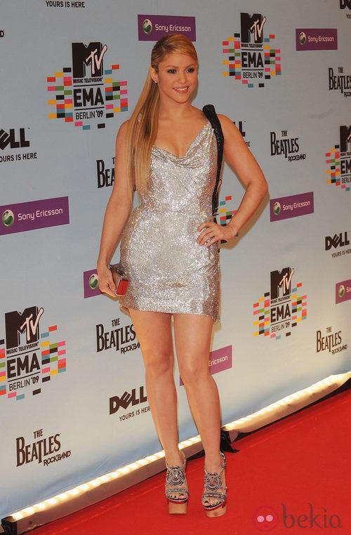 Shakira con minivestido glitter y plataformas