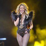 Shakira brillando en el escenario durante una actuación