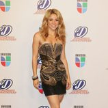 Shakira con un vestido negro con pedrería