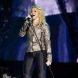 Shakira con leggins y chaqueta con brillos