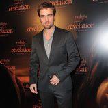 Robert Pattinson con traje oscuro y camisa gris