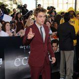 Robert Pattinson con un traje granate