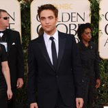 Robert Pattinson con un traje negro con corbata negra y camisa blanca
