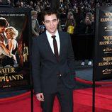 Robert Pattinson, de promoción con un traje oscuro y corbata color berenjena