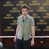 Robert Pattinson con un look informal protagonizado por una camisa verde