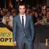 Robert Pattinson vistiendo un traje azul