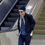 Robert Pattinson con un look invernal en tonalidades azules a juego con su gorro azul