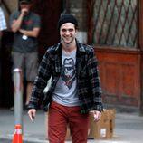 Robert Pattinson con una camisa de cuadros y pantalón rojo