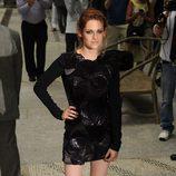 Kristen Stewart con minivestido negro con mangas
