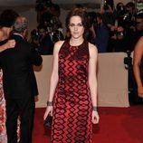 Kristen Stewart con vestido largo rojo y cuello redondo