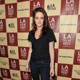 Kristen Stewart con jeans y camiseta básica