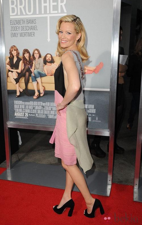 Elizabeth Banks con block heels negros de Miu Miu