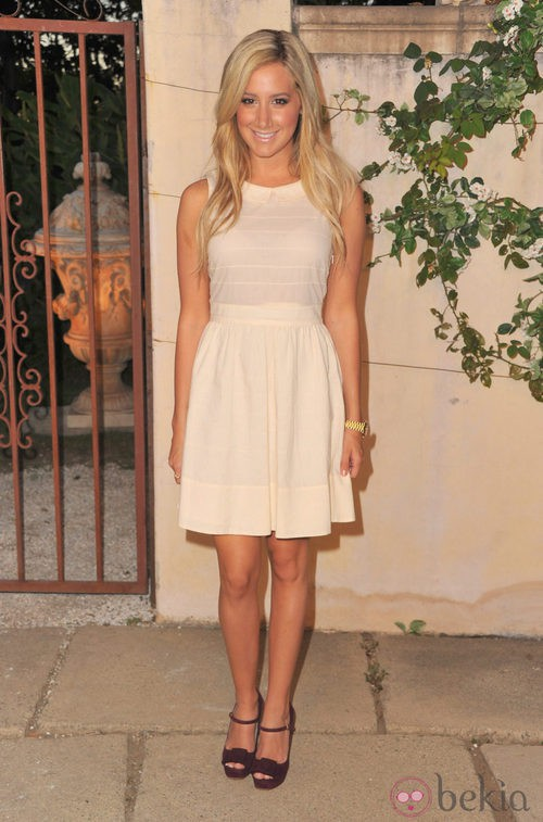 Ashley Tisdale con block heels berenjena