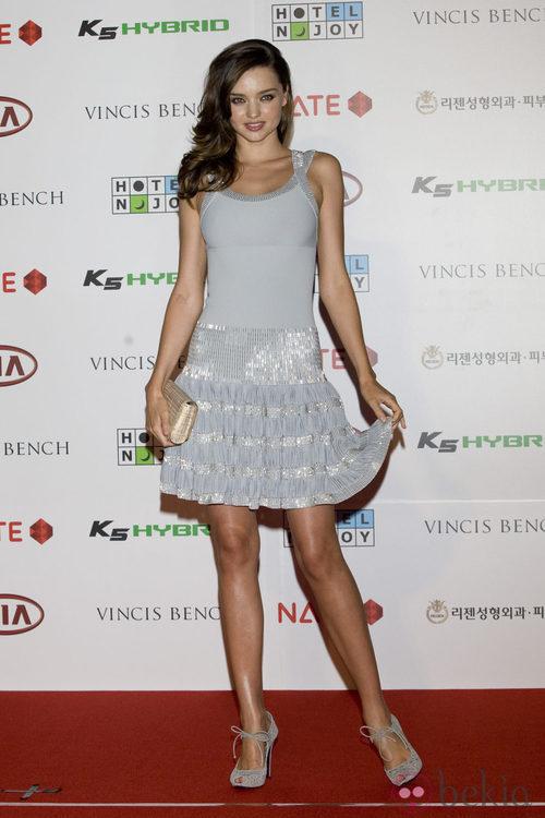 Miranda Kerr con vestido plateado corto