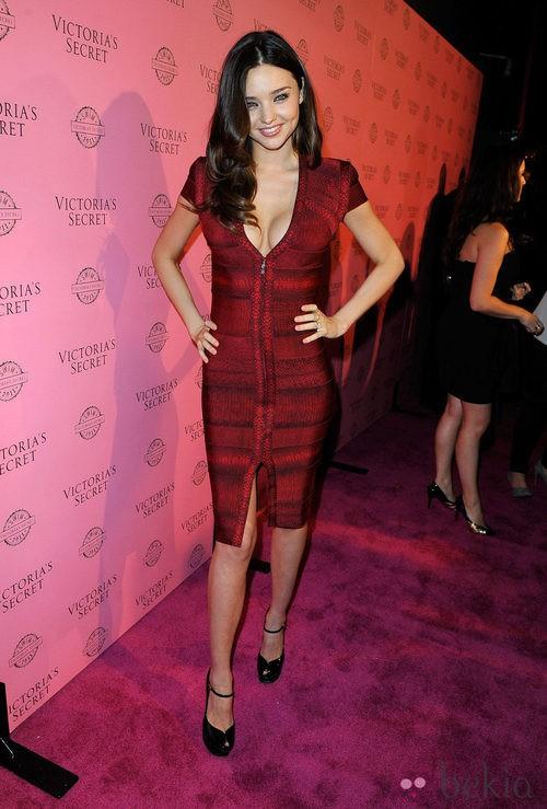 Miranda Kerr con vestido venda en burdeos