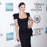 Miranda Kerr con vestido negro de escote cuadrado