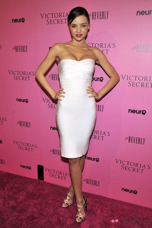 Miranda Kerr con vestido venda blanco