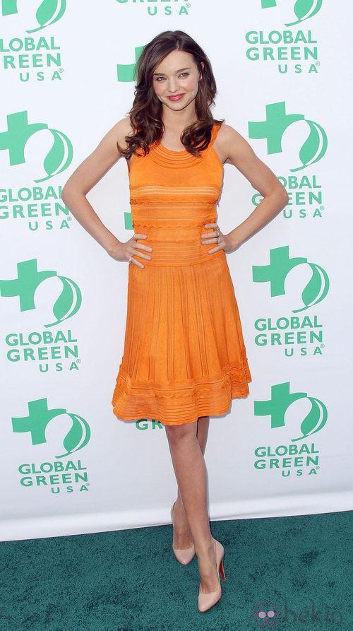 Miranda Kerr con un conjunto en naranja calabaza