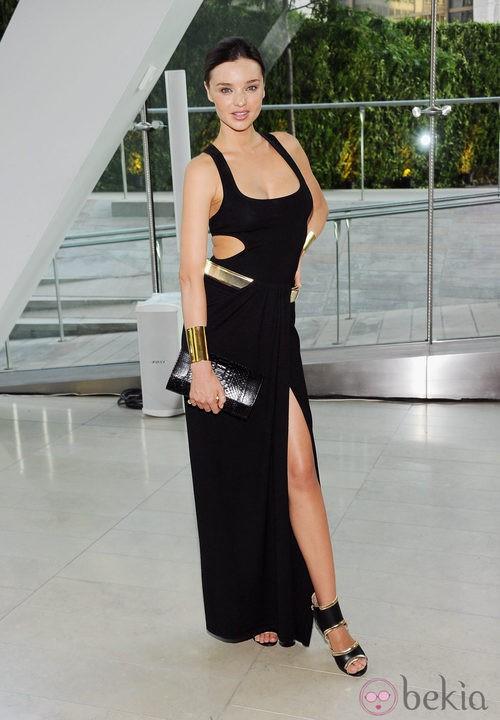 Miranda Kerr con un vestido largo negro asimétrico