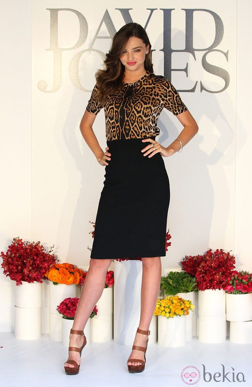 Miranda Kerr con falda de tubo y camisa print