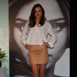 Miranda Kerr con minifalda de cuero y camisa blanca